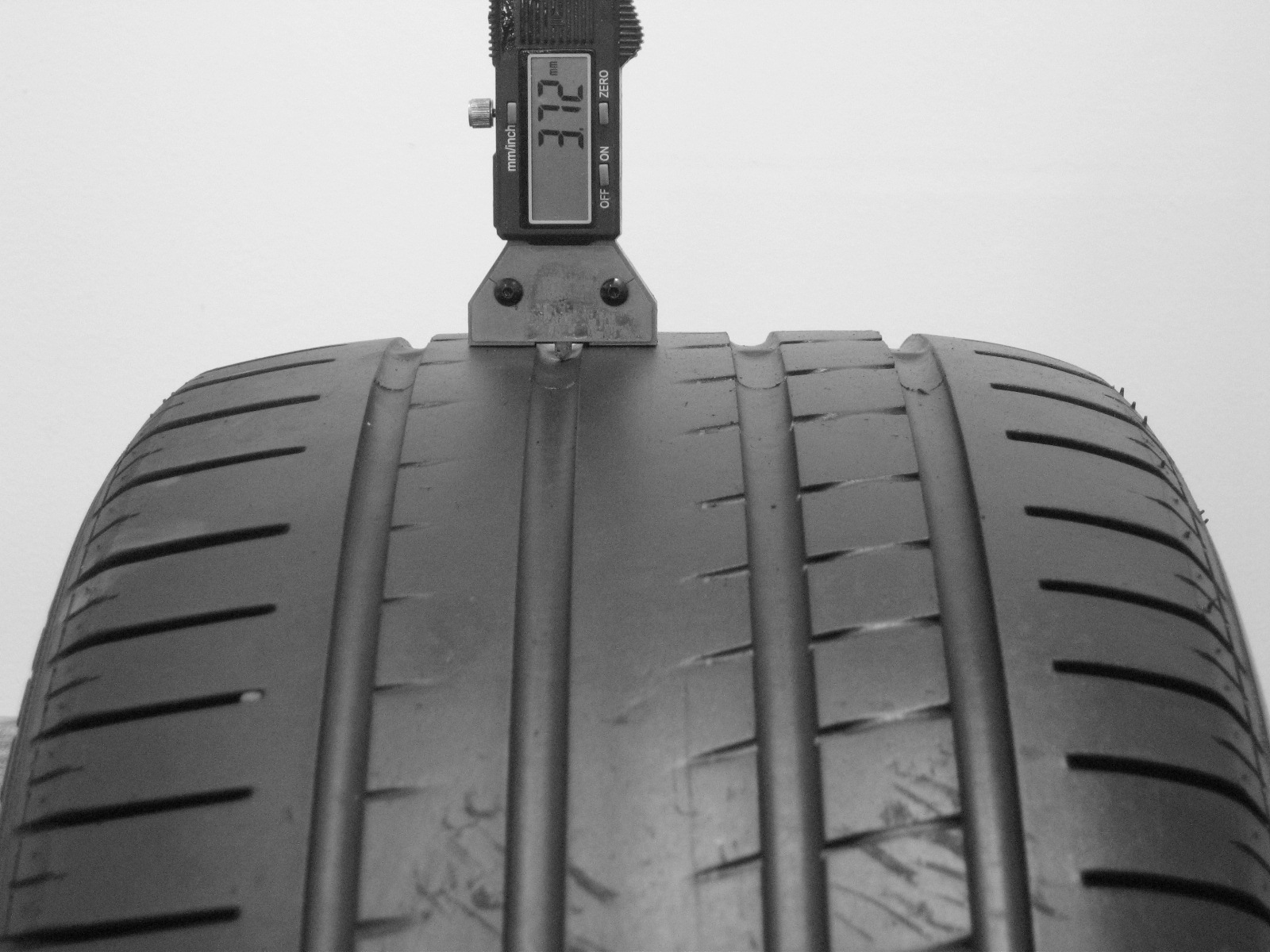 Použité-Pneu-Bazar - 255/40 R19 PIRELLI P ZERO ROSSO -kusovka-rezerva 3mm