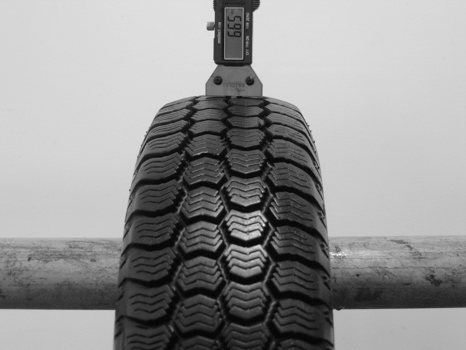 Použité-Pneu-Bazar - 145/80 R13 GOODYEAR ULTRAGRIP 3 -kusovka-rezerva 3mm